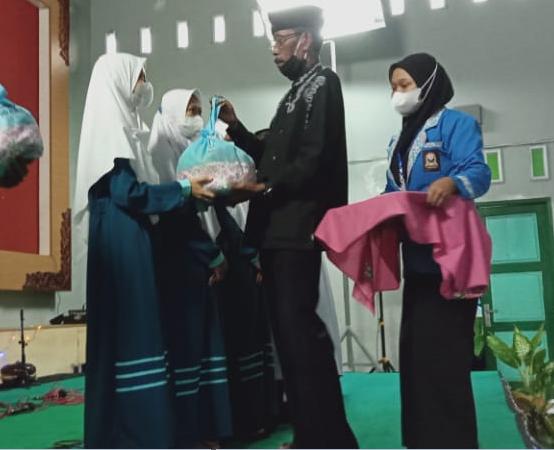 Penyerahan zakat dan santunan kepada anak yatim dari Panti Asuhan Kaligesing